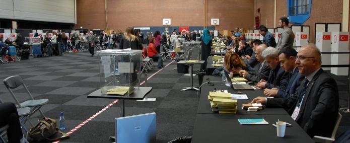 Hollanda'da oy kullanma bu gün ba_lad_ T. C Deventer Ba _konsolosu Zafer Ate_ (4)