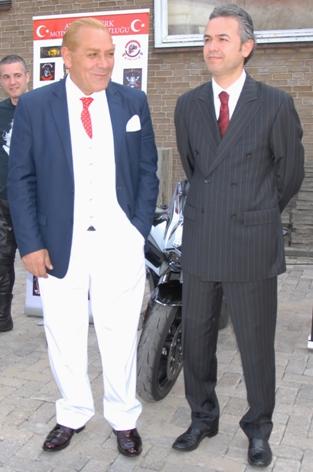 T.C. Deventer .Başkonsolosu Zafer Ateş ve Atatürk'e benzerliğiyle tanınan tiyatro sanatcısı Goksel Kaya