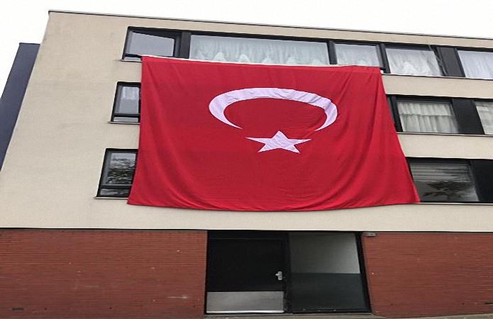 damat ve gelin evine dev Turk bayragi