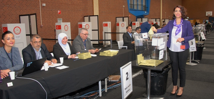 Hollanda'da oy kullanma bu gün ba_lad_ T. C Deventer Ba _konsolosu E_i Ayla Ate_ (3)
