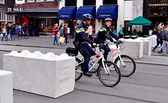 amsterdam-da-meydanlara-beton-bloklar-yerlestirildi